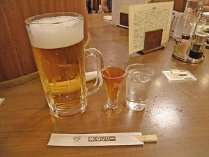 電気ブランとチェイサーにビール。