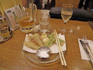 茗荷とアスパラの天ぷらとカミヤワイン白